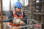 资料图:女性农民工在工地上。 胡雁 摄 - 广播电视