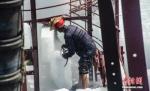 资料图:工人在船上装载冰块。 翟李强 摄 - 广播电视