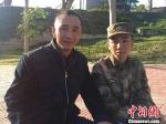 身着军装的李立昊和他的父亲李有志。 王佳昕 摄 - 广播电视