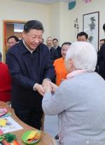 这是习近平在虹口区市民驿站嘉兴路街道第一分站托老所同老年居民亲切握手。 新华社记者 谢环驰 摄 - 广播电视