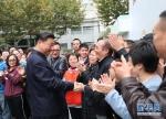 这是习近平在虹口区市民驿站嘉兴路街道第一分站同居民亲切握手。 新华社记者 谢环驰 摄 - 广播电视