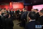 这是习近平在张江科学城展示厅同在场的科技工作者亲切交谈。 新华社记者 李学仁 摄 - 广播电视